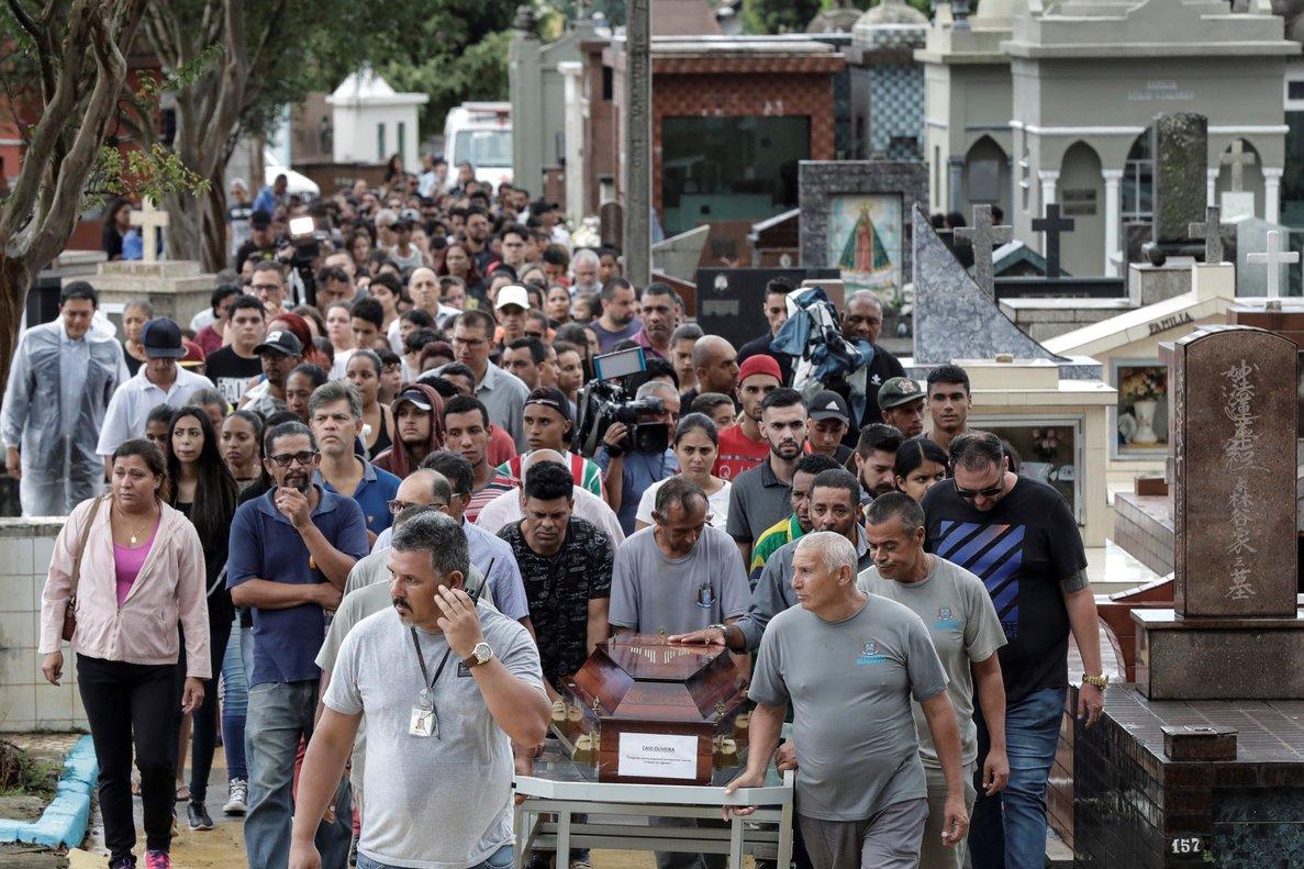 Funerales de las víctimas deltiroteo en una escuela publica de Brasil.