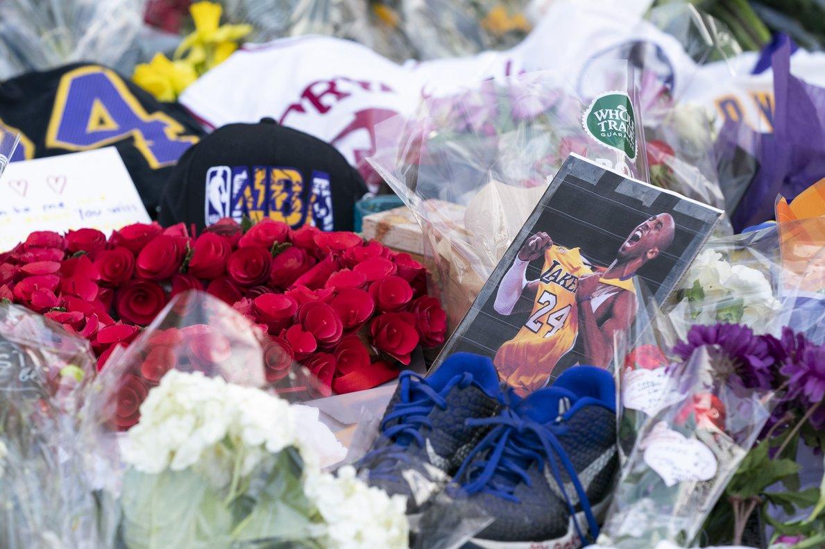 Flores, camisetas y otros recuerdos, en homenaje a Bryant a la entrada del gimnasio que lleva su nombre en la ciudad de Wynnwood, a las afueras de Filadelfia, la ciudad natal del jugador fallecido.