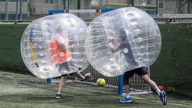 Goles redondosdurante un partido de bubble footballen Valldaura Sport.