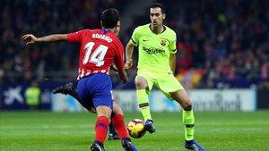 Busquets ante Rodri en el duelo Atlético-Barça en el Metropolitano.