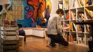 Un cliente busca libros en La Carbonera.
