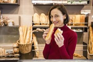 Carme Elias, en la panadería de su familia, Forn Elias, que este año celebra 100 años de historia.
