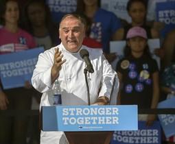 El chef José Andrés, durante su intervención en el mitin demócrata en Tampa.