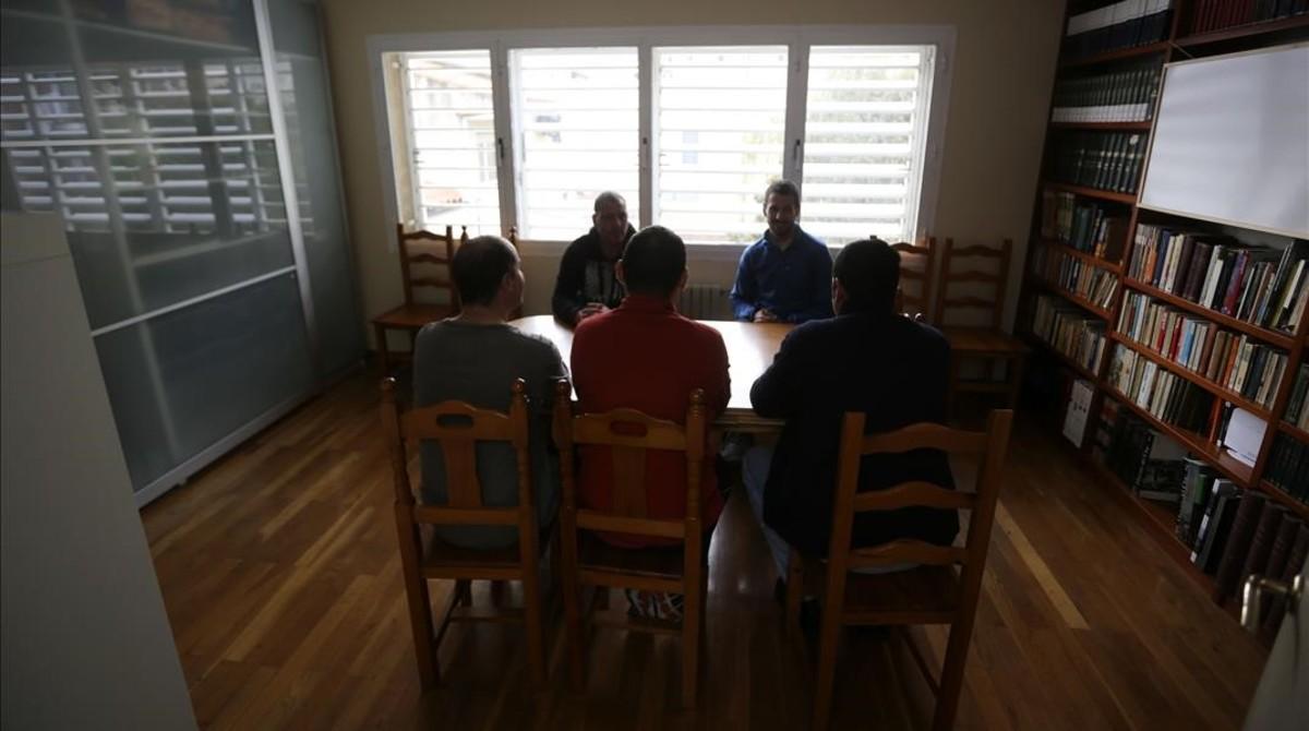 Cinco de los inquilinos del piso tutelado para drogodependientes, en Sant Andreu.