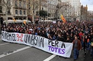 Manifestacion de estudiantes contra el decretodel 3+2 por la calles de Barcelona.