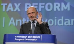 BRU02 BRUSELAS (BÉLGICA) 26/10/2016.- El comisario de Fiscalidad, Pierre Moscovici, presenta una iniciativa legislativa sobre fiscalidad corporativa en Bruselas (Bélgica) hoy, 26 de octubre de 2016. EFE/Olivier Hoslet