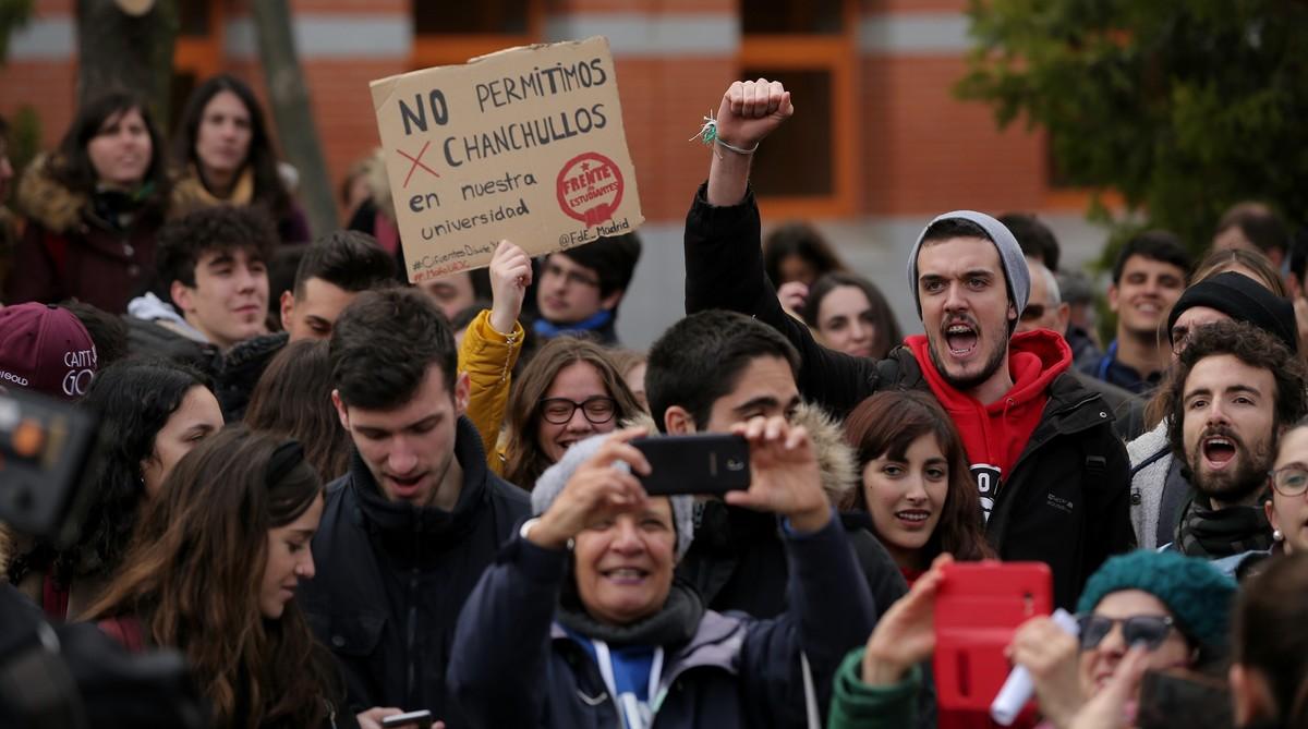 Los estudiantes de la Universidad Rey Juan Carlos protestan contra Cifuentes