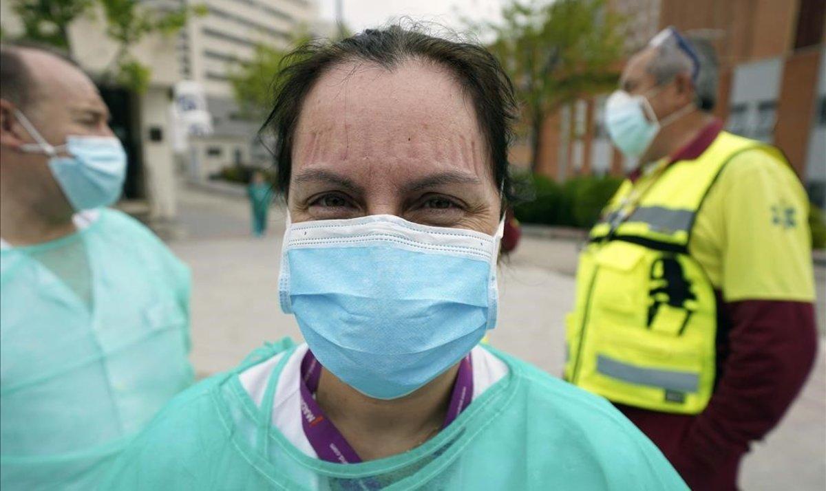 Sanitarios del Hospital 12 de octubre de Madrid paran para tomar un café en una 'food truck'.
