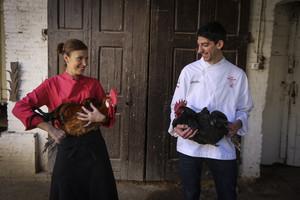 Los cocineros Susana Aragón (Cèntric Gastrobar, en El Prat de Llobregat), con un pota blava, y Xavier Arnan(El racó de la calma, en Vilafranca del Penedès), con un gall negre.