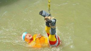 Chanchal Lahiri en el momento en el que es introducido en el río Ganges, este 16 de junio