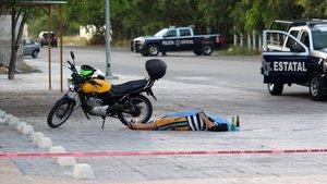 El cuerpo sin vida del periodista mexicano Francisco Romero, tras ser asesinado en el balneario de Playa del Carmen.