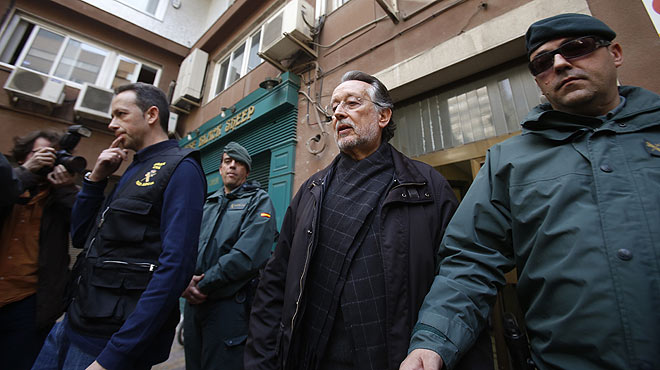 Alfonso Grau, antiguo vicealcalde de Valencia, sale detenido de su casa junto a la Guardia Civil.