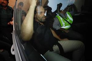 Rosell, en el coche policial tras su detención en Barcelona.