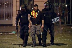 La jornada de protestas no cesa en Catalunya y el número de detenidos se acerca al centenar.