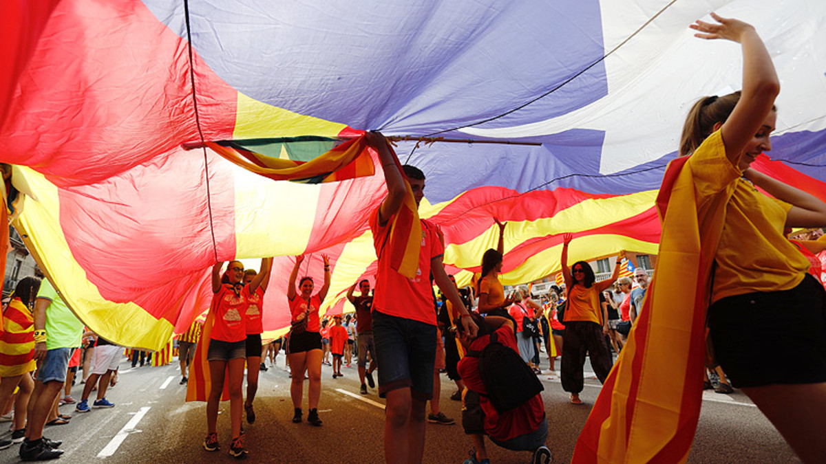 DIADA2018. Participantes en la manifestación de Barcelona, cubiertos por una estelada.