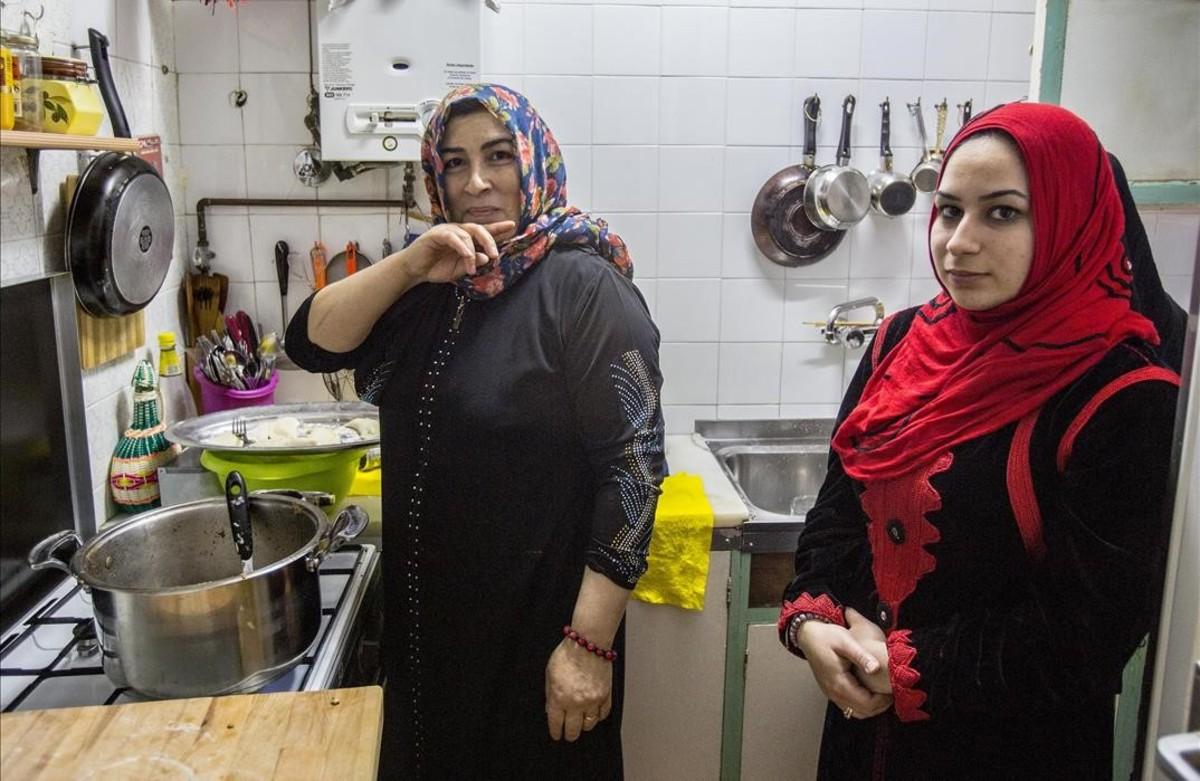 Dos mujeres refugiadas sirias, en la cocina de su casa del Raval de Barcelona.