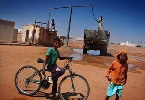 Dos niños saharauis,en un campamento.