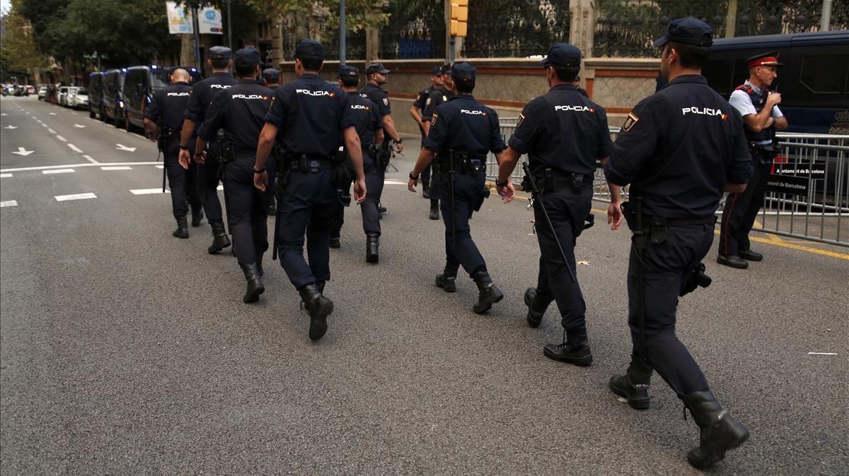 Efectivos de la Policía Nacional en la Delegación del Gobierno tras la reunión de coordinación policial ante el referendum del 1-O.