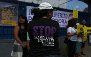 Protestas en El Salvador para apoyar a mujeresacusadas de abortar.