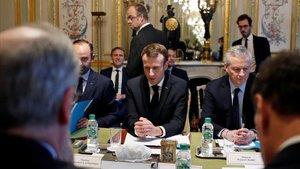 Macron reunido con parte de su Gobierno y representantes de la banca hoy en el Elíseo.