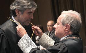 Enrique López (izquierda), en su toma de posesión como magistrado del Tribunal Constitucional, en junio del 2013.