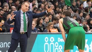 El entrenador del Joventut, Carles Duran, da instrucciones a Nico Laprovittola.