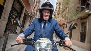 El candidato de ERC para la alcaldía de Barcelona, Ernest Maragall, subido a la moto eléctrica que utilizará durante la campaña