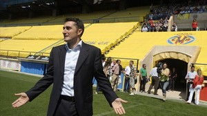 Ernesto Valverde pisa el césped de El Madrigal el 3 de junio del 2009, fecha en la que fue presentado como entrenador del Villarreal.
