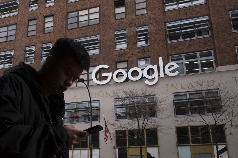 Un hombre utiliza un móvil ante unas oficinas de Google en Nueva York.