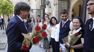 El expresident Carles Puigdemont, en la celebración de Sant Jordi del año pasado en la plaza de Sant Jaume.