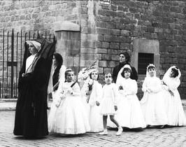 Felliniana primera comunión en el portal de la Santa Madrona.