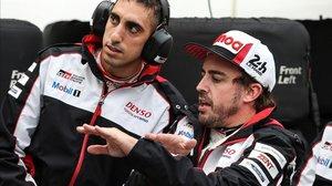 Fernando Alonso dialoga con uno de los ingenieros de pista del equipo Toyota, en el último entrenamiento de ayer en Le Mans.