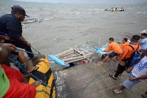 Guardacostas filipinos en labores de rescate porlos naufragiosenla isla Guimaras. EFE