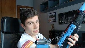 Fotograma del vídeo en el que David Aguilar muestra su nuevo brazo de Lego.