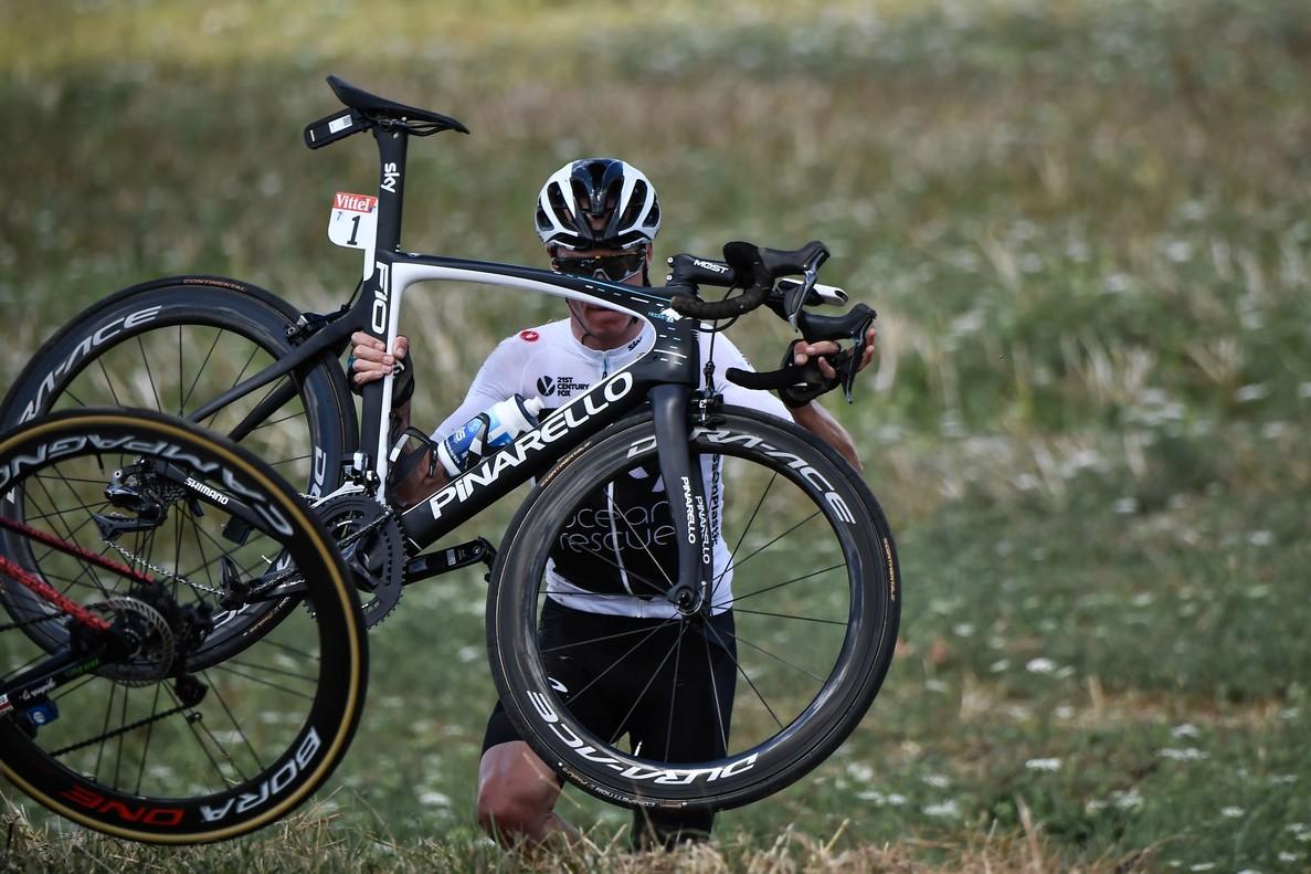 Chris Froome recoge la bici tras su caída.