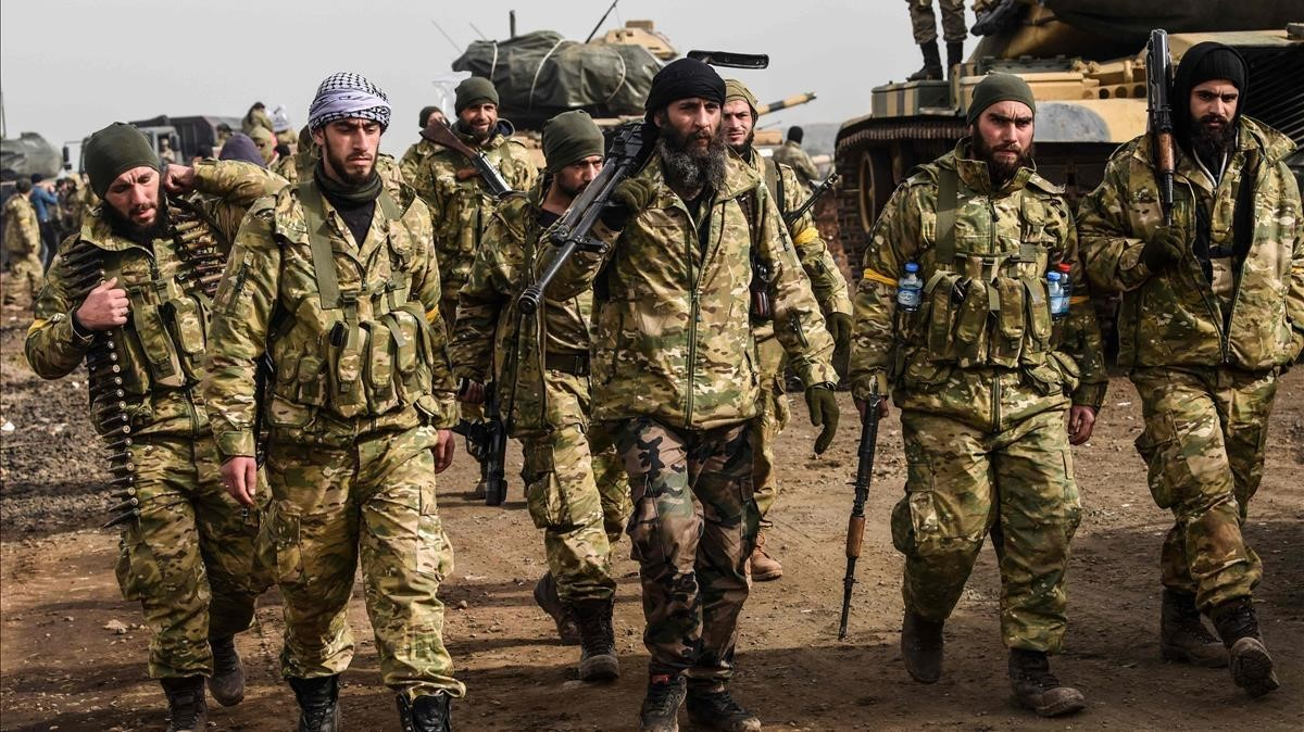 Fuerzas kurdo-sirias junto a la frontera.