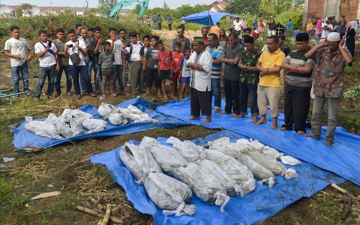 Funeral por algunas de las víctimas del tsunami.