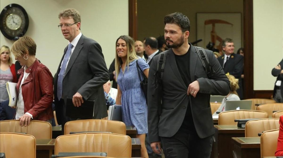 Gabriel Rufián (ERC) y portavoces del resto de grupos en la entrada a la comisión que investiga la Operación Catalunya en el Congreso.