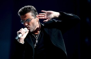 AMS04. Amsterdam (Netherlands), 26/06/2007.- (FILE) - A file picture dated 26 June 2007 shows British recording artist George Michael performing on stage during a concert at the Amsterdam Arena, Amsterdam, The Netherlands. According to reports on late 25 December 2016, British popstar George Michael has died peacefully at home at the age of 53, his publicist has announced. (Países Bajos; Holanda) EFE/EPA/EVERT ELZINGA