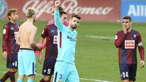 Gerard Pique celebra la victoria del Barçapor 0-2 ante el Eibar.