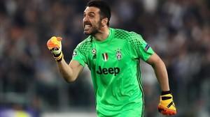 Gianluigi Buffon celebra el tercer gol, obra de Chiellini, en el Juventus-Barça (3-0) jugado en Turín.