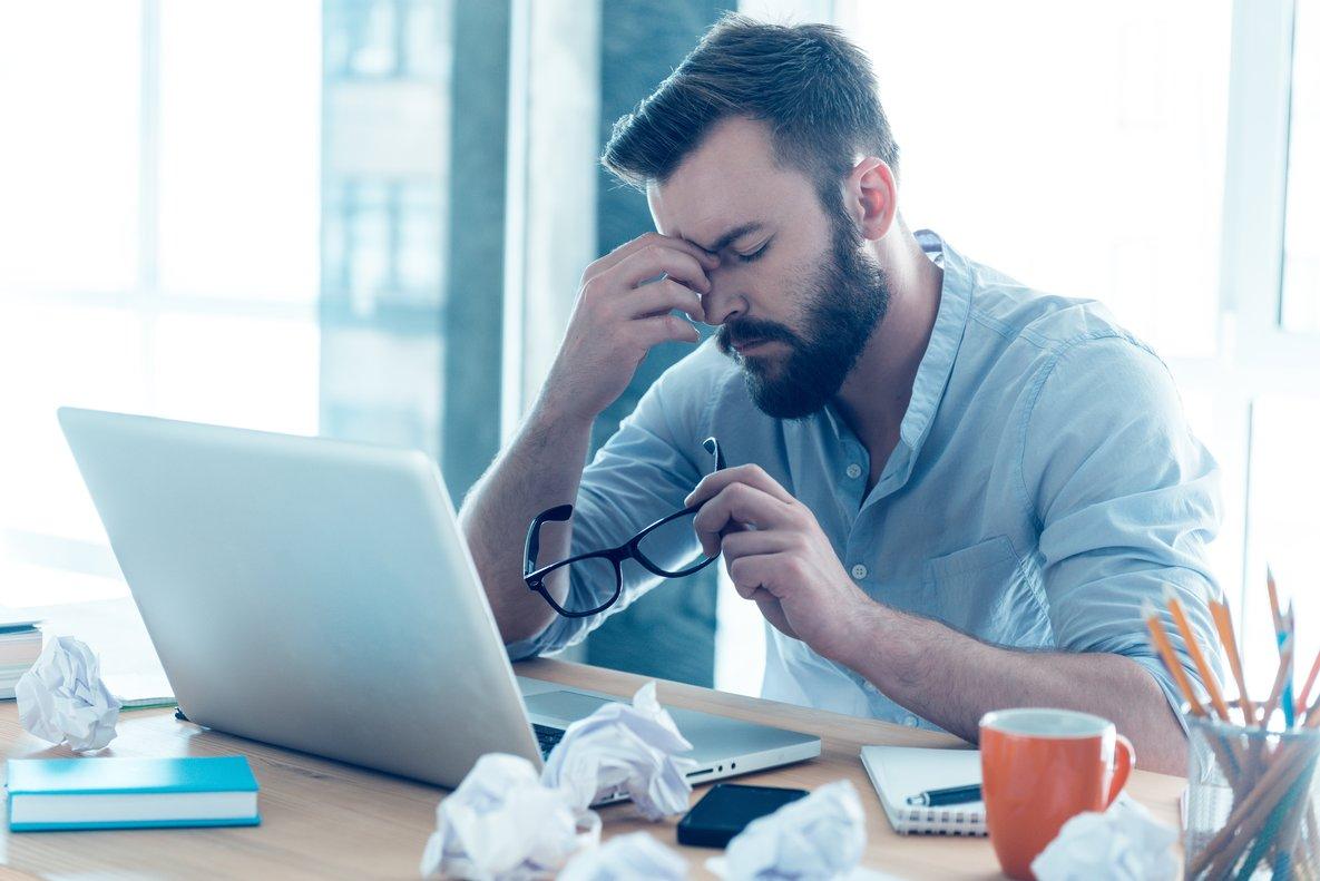 Hombre cansado frente al ordenador.