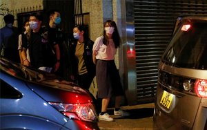 Agnes Chow es detenida por la policía de Hong Kong.
