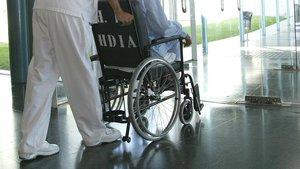 Un enfermo en silla de ruedas en un hospital.