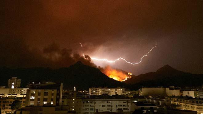 El incendio de Llutxent continúa descontrolado.