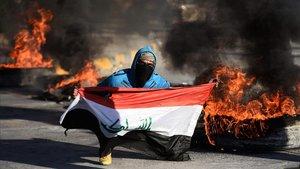 Un manifestante muestra la bandera iraquí en una protestapara evitar que Irak se convierta en el escenario de la guerra en Irán y EEUU.