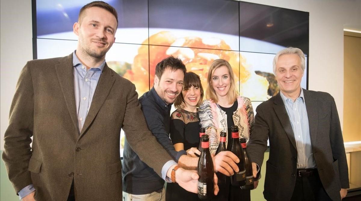 De izquierda a derecha, Kristinn Björnsson (representante de Bacallà dIslàndia), Ricard Perelló (en representación del Gremi de Bacallaners de Catalunya), Bibiana Ballbè, Marta Delcor (periodista) yFede Segarra (director de comunicaciónde Damm).