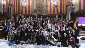 Los 13 equipos de niñas y adolescentes que han presentado su proyecto tecnológico en el Saló de Cent del Ayuntamiento de Barcelona.