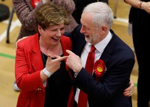 Corbyn celebra los buenos resultados.