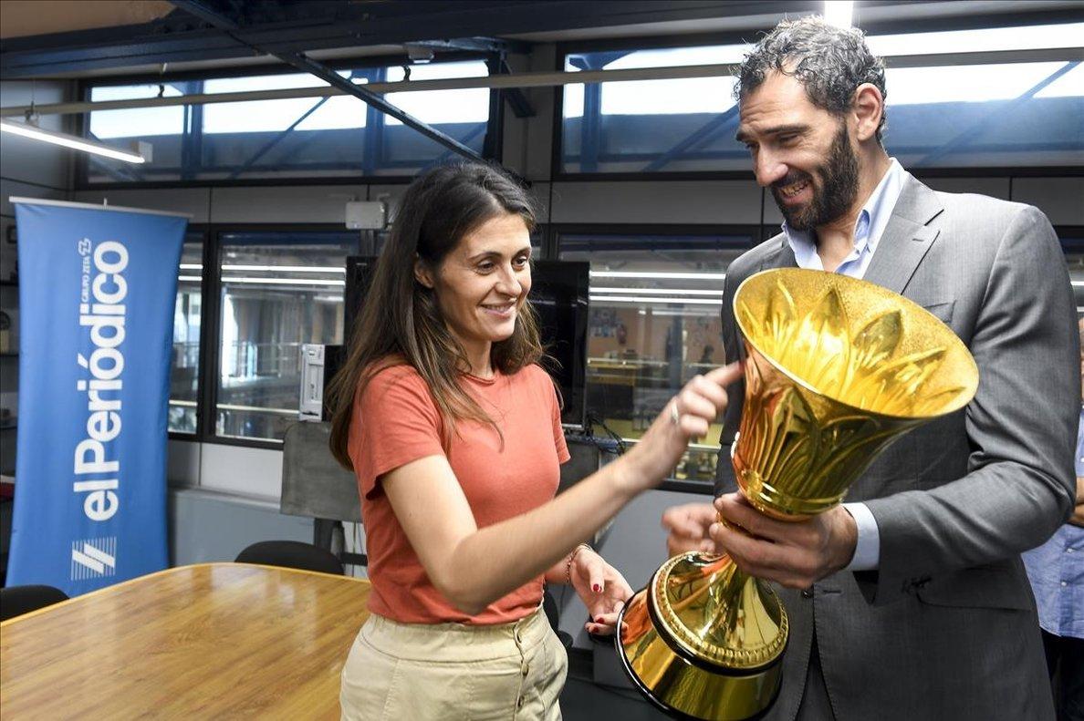 Jorge Garbajosa, presidente de la FEB, muestra el trofeo de campeón del mundo a la directora de El Periódico, Anna Cristeto